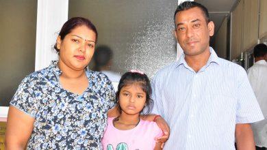 Tanushree Chundoo, entourée de ses parents.