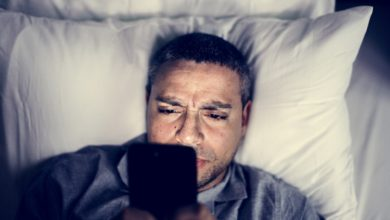 Photo of Allumer son smartphone en pleine nuit pour vérifier l'heure nuit-il au sommeil ?
