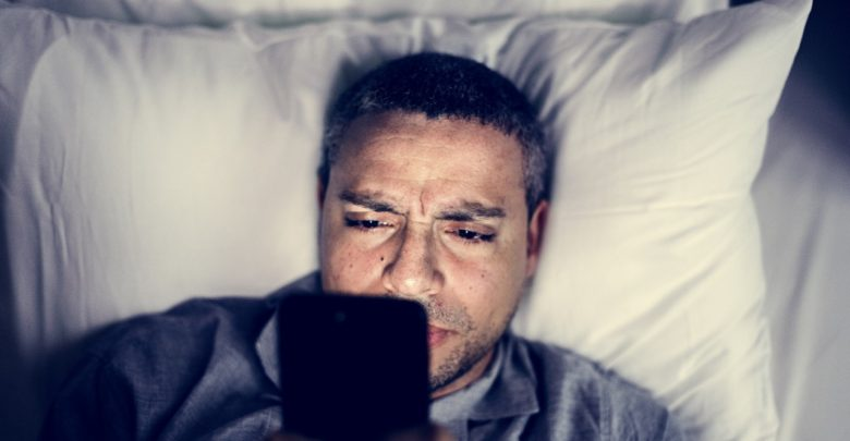 Allumer son smartphone en pleine nuit pour vérifier l'heure nuit-il au sommeilAllumer son smartphone en pleine nuit pour vérifier l'heure nuit-il au sommeil